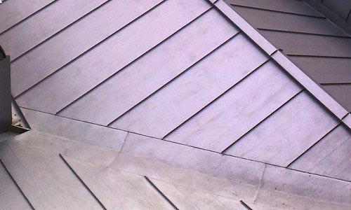 железная крыша загородного дома