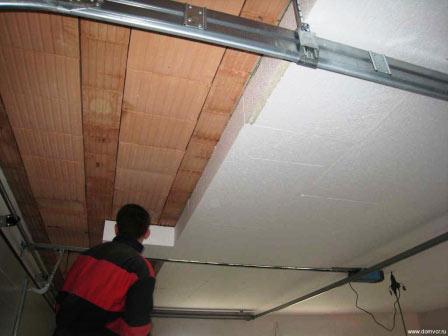 Процесс монтажа плит пенопласта на потолок