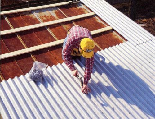 Ремонтом шиферной крыши можно заняться самостоятельно, при этом не потребуются дорогостоящие материалы.