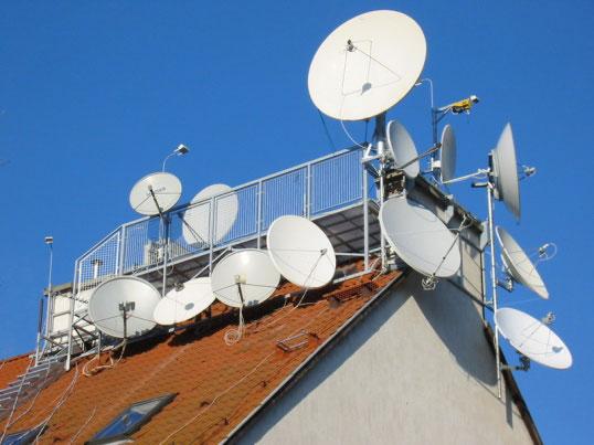 Спутниковые тарелки на крыше здания