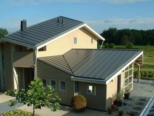 В качестве материала для стальной крыши можно использовать: профнастил, металлочерепицу или же оцинкованные листы, соединенные фальцами.