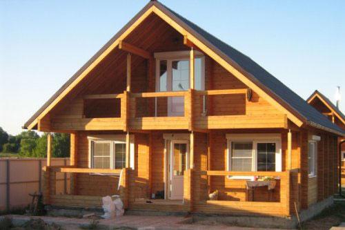Двускатная крыша дома считается самой популярной, так как ее легче всего сделать самостоятельно.