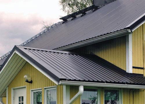 Профнастил подходит для любого типа крыши, не требует частого ремонта и его монтаж можно выполнить самостоятельно.