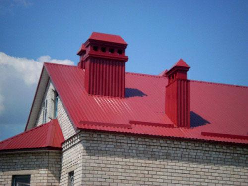Монтаж металлопрофиля можно осуществить самому, надо лишь знать угол наклона крыши, правильно выбрать листы материала и шурупы для их крепления.