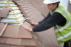 Если течь произошла в крыше из черепицы, то можно просто заменить поврежденные элементы.