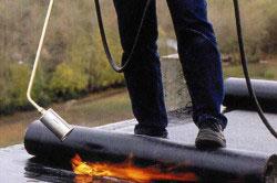Если протекает крыша из рубероида, то необходимо просто поставить заплатку на проблемное место.