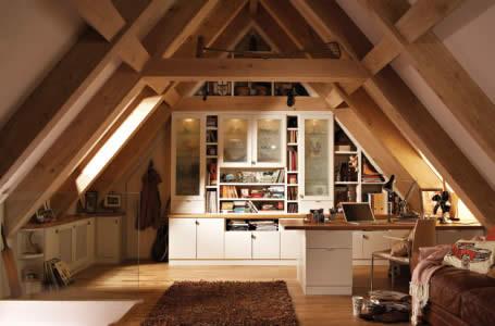 В домах с высокой мансардой можно обустроить рабочий кабинет