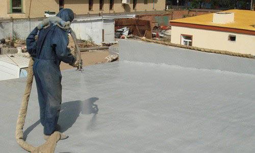 Нанесение защитного слоя на плоскую крышу