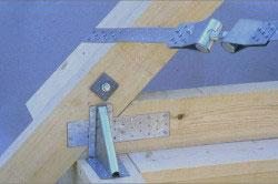 Стропилы к мауэрлату закрепляются с помощью двух гвоздей, чтобы не произошло смещение