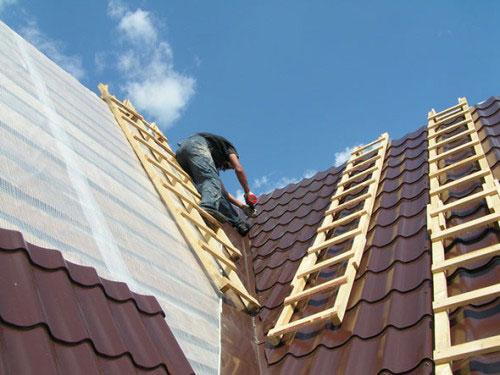 Металлочерепица с каждым днем становится все популярнее среди строителей. Однако без качественной гидроизоляции в течение нескольких лет крыша дома может прогнить.