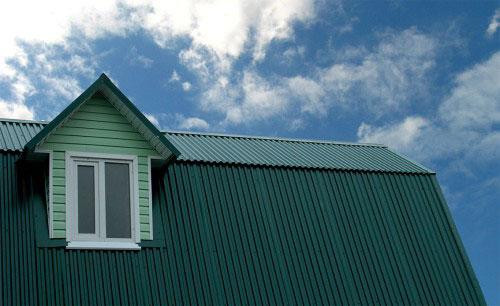 Крыша из профнастила хороша тем, что она прочная, быстро устанавливается, сравнительно дешевая и обладает хорошей сопротивляемостью погодным условиям.