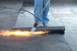 Рубероид стоит дешевле битумной черепицы, поэтому его использую для крыш сараев, гаражей и технических помещений. Однако и срок службы этого материала меньше.