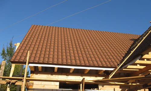 Крыша дома с кровельной подложкой