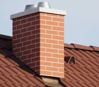 Дымоход на крыше загородного дома