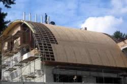 Обшивка каркаса полукруглой крыши плитами ДСП